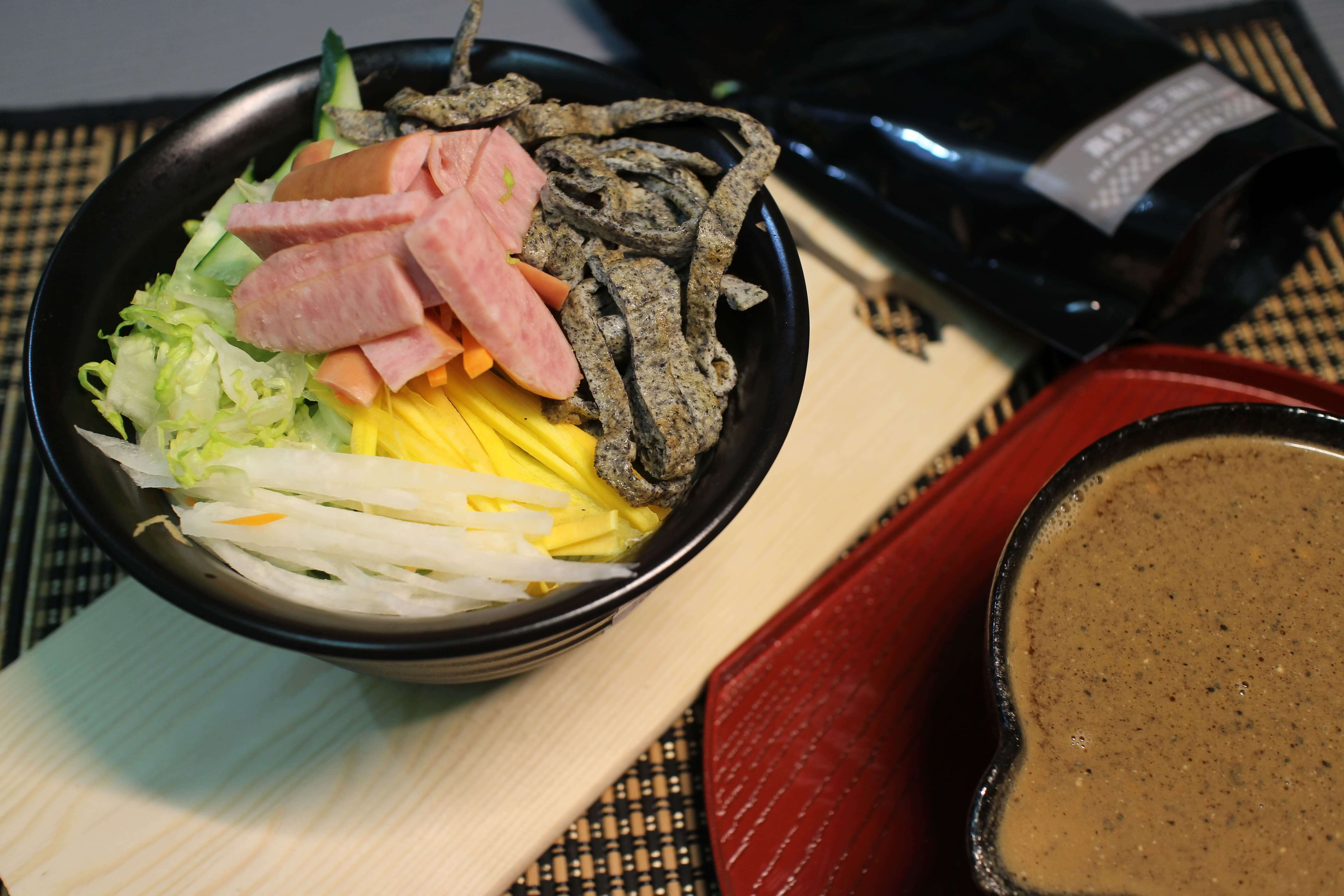 香味四溢!用【芝初-高鈣黑芝麻粉】做出超方便料理:涼麵、甜粥、炒蛋,好吃食譜、簡單作法推薦! @秤瓶樂遊遊