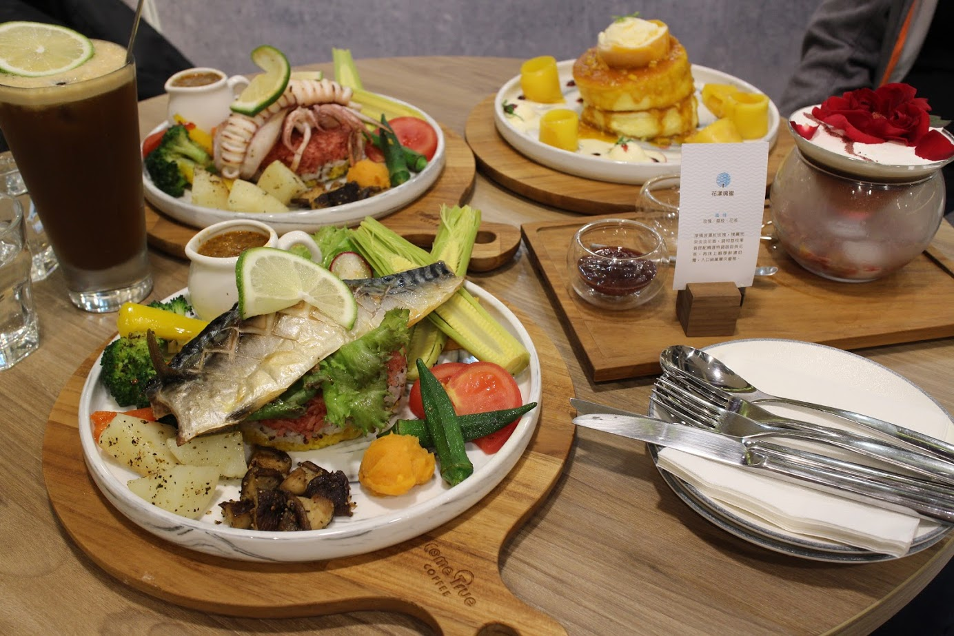 成真咖啡台北sogo復興店,用好吃的彩虹飯及花漾瑰蜜、舒芙蕾度過浪漫的悠閒時光 @秤瓶樂遊遊